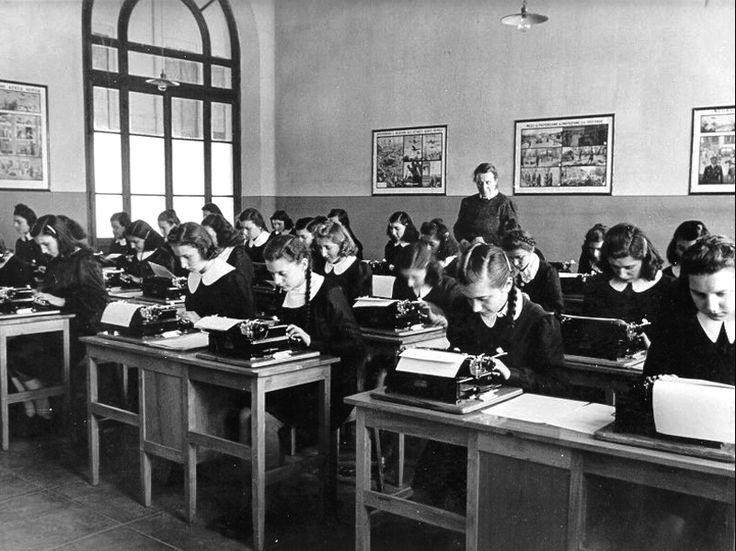 Aula di dattilografia di una scuola superiore Ente fornitore dell`immagine: INDIRE-Patrimonio fotografico e Archivi dei progetti     Sito web www.indire.it