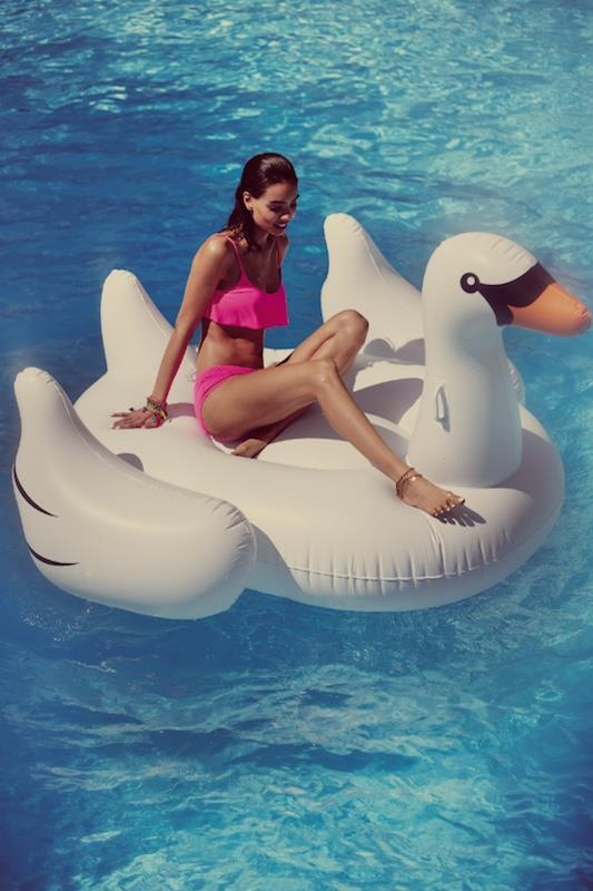 Lets hit the pool #splendidsummer: Swan Floating, Swan Lakes, Pink Bikinis, Swan Floaty, Pools Floating, Pools Toys, Free People, Pools Parties, Summer Fun