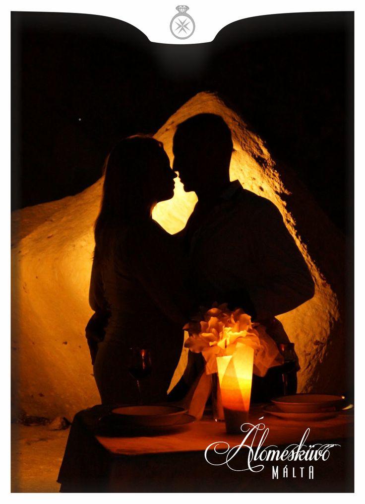 tengerparti vacsora, éjszakai fotózás, naplemente, Álomesküvő Máltán, Málta, szerelem,