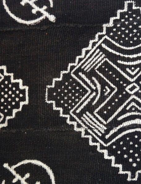 """Il Bogolan o Bogolanfini è una tintura dei tessuti tipica dell'Africa Occidentale. Oggi è ancora praticata da alcune popolazioni del Mali (Dogon e Bambara), del Burkina Faso (Bobo e Senoufo), della Costa d'Avorio (Manianka, Malinka). E' una lavorazione antichissima, risalente al 12° secolo. La parola Bogolan significa """"fatto di fango"""" e in effetti le decorazioni sono ottenute utilizzando del fango applicato sul tessuto"""