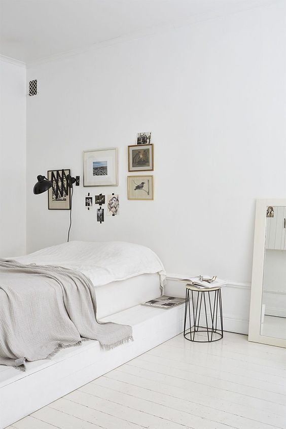 Minimal bedroom - so calm, love the gallery wall above the bed