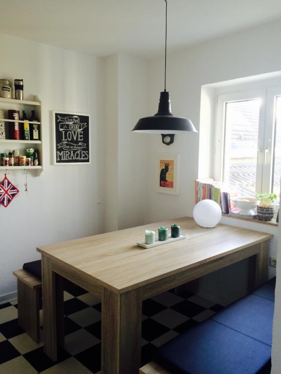 Großer Esstisch aus Holz in gemütlicher Küche Wohnung in - holzdielen in der küche