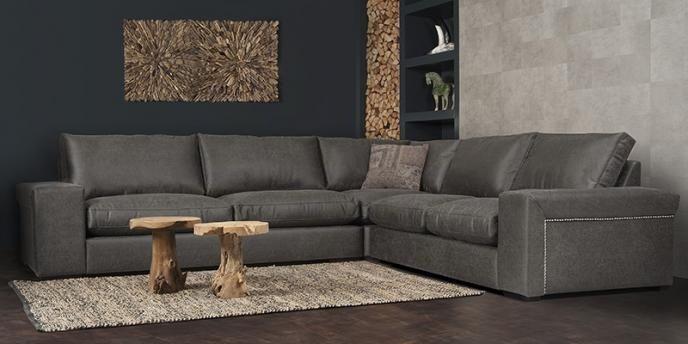 """Door zijn stijlvolle vormgeving en stoere afwerking met nagels aan de zijkant van de leuning brengt deze heerlijke hoekbank de perfecte sfeer in uw huis. Het speciaal ontworpen frame geeft de Ailean een ongeëvenaard zitcomfort. Standaard geleverd met de UrbanSofa """"Comfort Seat"""" zitkussens. Naar wens kunt u altijd kiezen voor de hardere zitkussens, of de latex vlokvulling voor een nog groter lounge effect."""