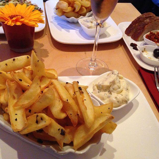 Tappo in Köln-#Sülz Dank dem Instagram-Account von @bloggermaman_ (Danke für den Tipp!) bin ich  darauf aufmerksam geworden, dass es auf der Manderscheider Straße ein bezauberndes Tapas-Lokal gibt, in dem unter anderem #Trüffelpommes  serviert werden. Nicht ganz günstig aber Ambiente und Service sind top.  Das Tappo ist auf jeden Fall einen Abstecher wert! #Trüffel #Pommes #Dinner #Yummy #Kölntipp #Gastroköln #Miezenstories