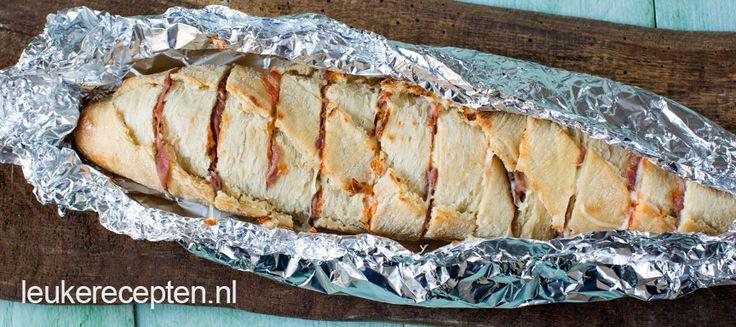 Knapperig brood met tomatensaus, ham en kaas. Lekker als bijgerecht of als borrelhapje tijdens de BBQ.