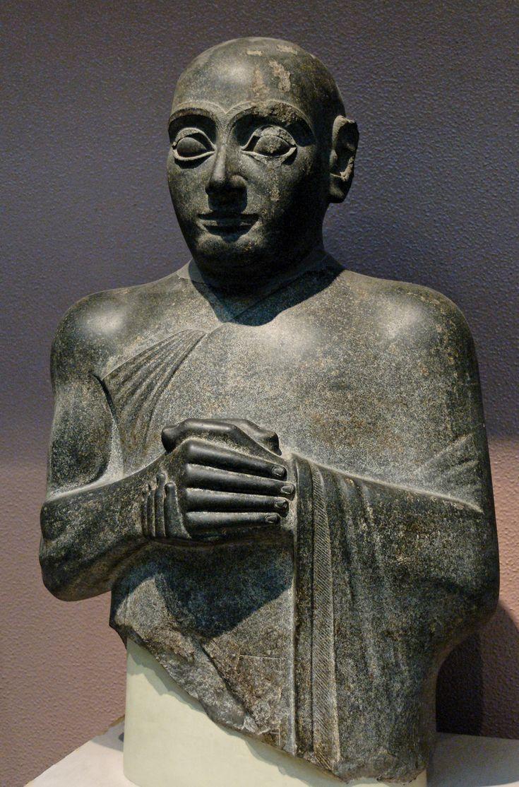 Гудеа, энси Лагаша (территория нынешнего Ирака). 2100 г. до н.э. Высота 73,6 см. Диорит. Его статуй было найдено много. Сопровождаются списками храмов, которые он построил и посвящения к богам.