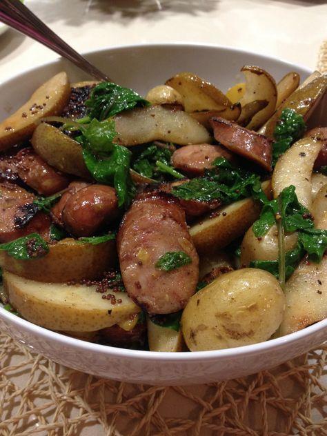 Perfecta ensalada para oktoberfest! Ensalada de pera y papa con escabeche de semillas de mostaza y salchichas de pollo y manzana con col bebe