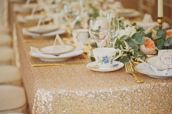 A toalha de mesa dourada está super em alta!