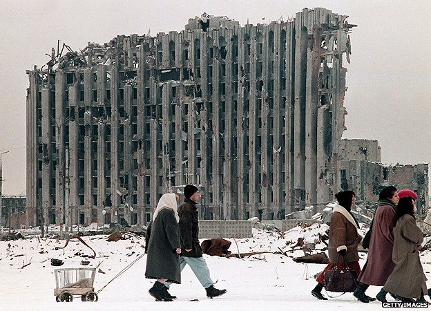 zerbombtes Parlamentsgebäude in Grosny