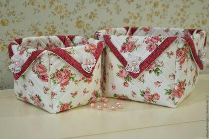 Купить или заказать Текстильные коробочки. Текстиль для детской комнаты в интернет-магазине на Ярмарке Мастеров. Комплект текстильных коробочек для детской комнаты сшит на заказ. В комплекте 2 коробочки: 12х12х12 см и 15х15х15 см. При своих небольших размерах они достаточно вместительны. Хранить в них можно разные мелочи или детские принадлежности от памперсов и детской косметики до маленьких игрушек и книжек, заколочек и бантиков. Маленькая коробочка легко помещается внутрь большой, что…