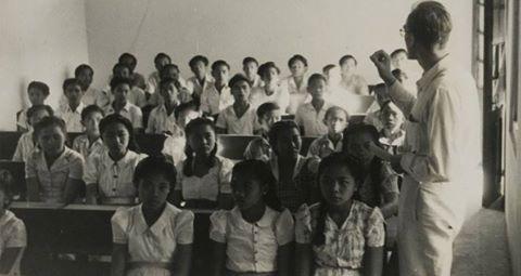 Suasana Kelas dalam Kegiatan Belajar Mengajar SMA di Bali, 1946.  Hari ini, Dinas Pendidikan Pemuda dan Olahraga (Disdikpora) seluruh Indonesia mengumumkan kelulusan SMA/SMK. Bagaimana sejarah berdirinya Disdikpora?  Sejarah berdirinya Dinas Pendidikan Pemuda dan Olahraga Provinsi Bali, sebelum itu disebut dengan nama Kantor Wilayah Departemen Pendidikan dan Kebudayaan Provinsi Bali. Perjalanan sejarah terbentuknya Kantor Wilayah Departemen Pendidikan dan Kebudayaan Provinsi Bali