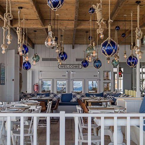 Mallorca hat einen neuen Hotspot! Das Restaurant Cassai Beach House @cassai_mallorca in Colonia de Sant Jordi im Süden der Insel hat uns mit blau-weißem Ambiente im Bootshausstil, sehr gutem Service, moderner Küche und traumhaftem Meerblick überzeugt. Aber seht selbst auf dem Blog, Link im Profil.