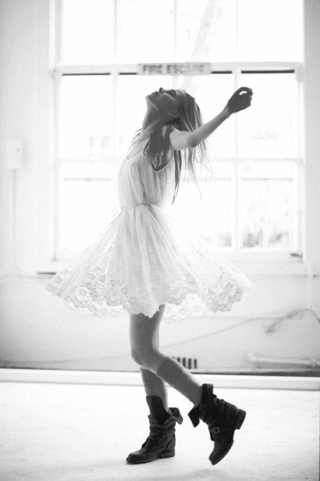 robe blanche et dentelle + rangers oui oui oui !
