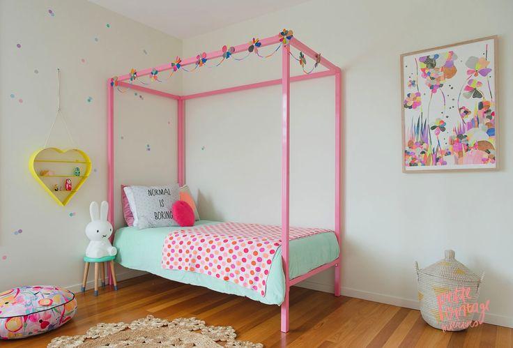 Różowe łóżeczko z baldachimem