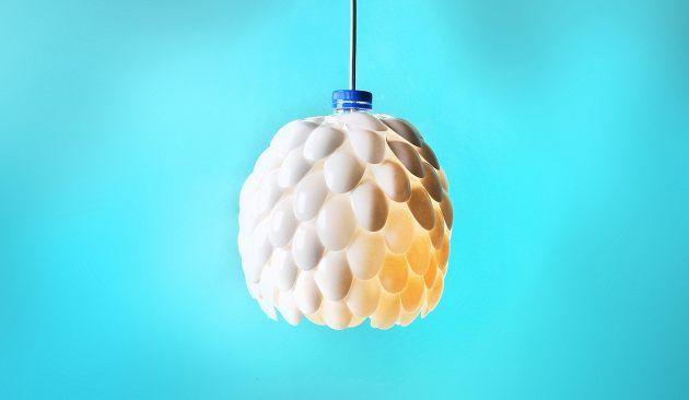Kaapin pohjalta lojuvista kertakäyttölusikoista syntyy kaunis valaisin – ilman erityisiä käsityötaitoja.