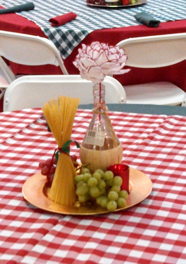 spaghetti dinner decorating ideas | ... pasta and a candle on a charger. And the flower in the chianti bottle