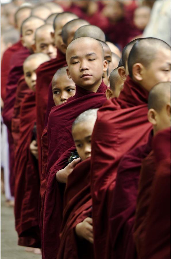Myanmar. Aumône bouddhistes à pied le matin. www.marmaladetoast.co.za www.facebook.com/marmaladetoastsa #inspiredtravel #travel