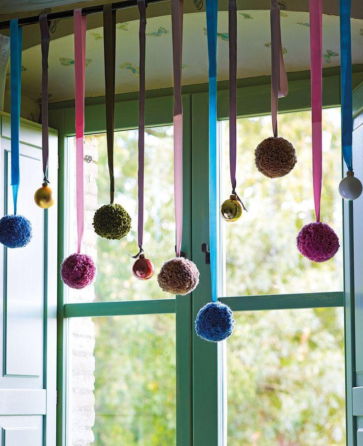 Pompones  Estos son de Teresa Estrem. Si te sobra lana de hacer la corona, puedes usarla para hacer bonitos pompones como estos.