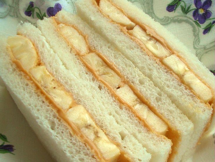 バナナとピーナッツバターのサンドウィッチ|サンドウィッチ用のパン2枚  バナナ1本  ピーナッツバター適量