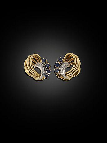 127326. ÖRHÄNGEN, 18 kt guld och vitguld med 4 små briljanter och 7 safirer (en sten saknas). – Auctionet