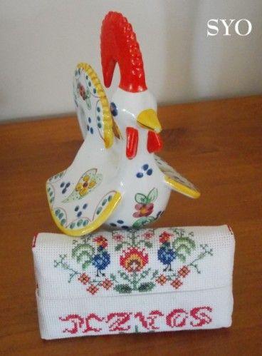 ( Grilles gratuites ) Quand le Folklore Polonais s'invite sur les Etuis Mouchoirs brodés, c'est une explosion de couleurs Un Coq Polonais, fier et coloré dans un champs de fleurs stylisées fait écho à son cousin le Coq Portugais. J'ai réalisé ce modèle...