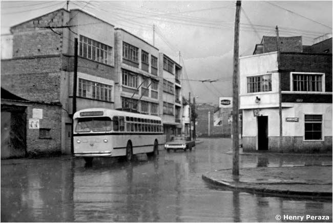 Así era Bogotá hace más de 50 años! - Colombia me gusta - Trole Bus Bogotá desde 1948 después del Bogotazo - Fotografía: Henry Peraza