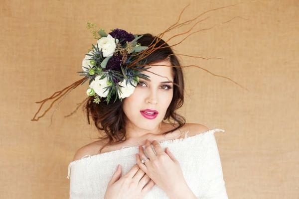 leicht hochgesteckte Haare mit frischen Blumen Verlobungsring