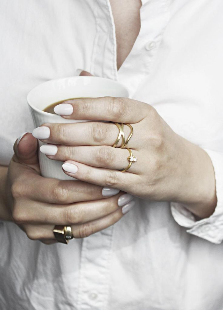 Morning coffee w. hvisk #hvisk #jewelry #hviskstylist #morningcoffee #coffee #gold #rings #whiteshirt #hands #simple #hvisklush #stackedrings
