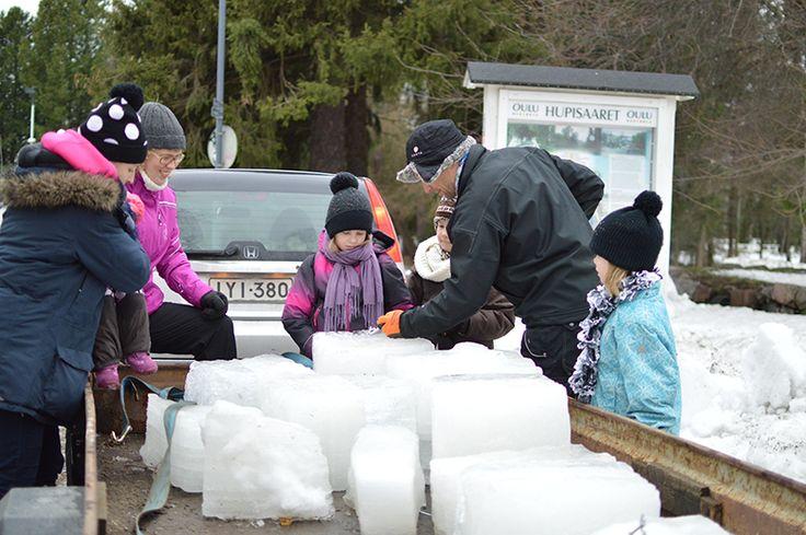 Mäkinen toi lumenveistopajaan jääkuutioita, joita voi käyttää rakentamisessa. Oulu (Finland)