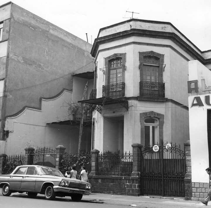 La casa ubicada en Serapio Rendón 103 casi esquina Antonio Caso, en la colonia San Rafael, a mediados de los años setenta. Esta construcción continúa en pie, aunque ahora se encuentra deteriorada.