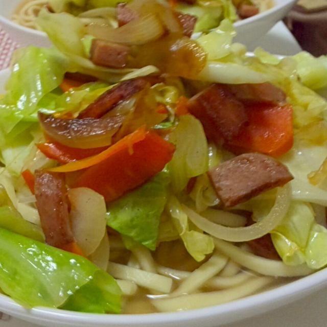 沖縄そばが大好き☆三枚肉がのっているのも美味しいですが、野菜炒めをのせた野菜そばもとても美味しいですよ!ランチョンミートで作ると味がしっかりしてgood☆ - 25件のもぐもぐ - 沖縄の野菜そば☆ by kahopinochu36