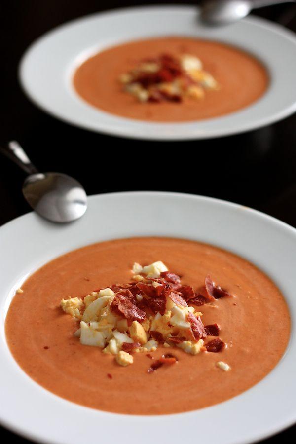 Le salmorejo c'est la version moins connue et améliorée du gazpacho, une soupe froide espagnole à base de tomates, de pain et d'huile d'olive. Alors que le gazpacho contient plus de légumes et une consistance assez aqueuse, le salmorejo se réduit à 4 ingrédients et est plutô