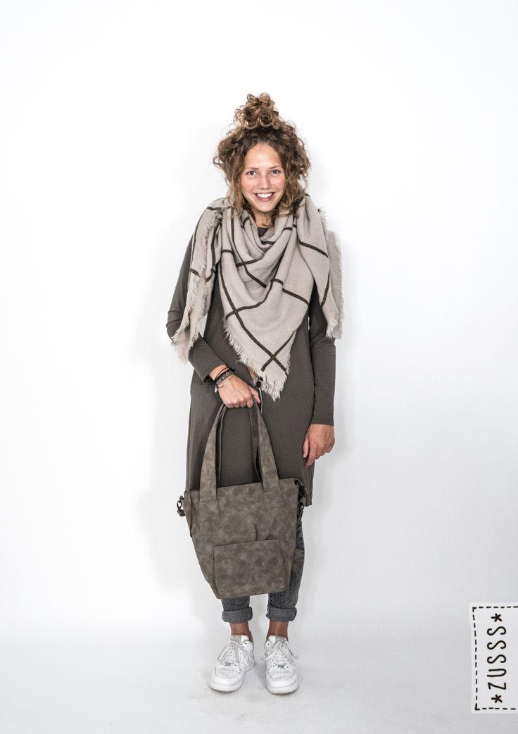 Zusss l Leuk jurkje groen, Grote vierkante sjaal donkergroen, Luxe schoudertas groengrijs l http://www.zusss.nl/product/zusss-grote-vierkante-sjaal-grijs-donkergroen/