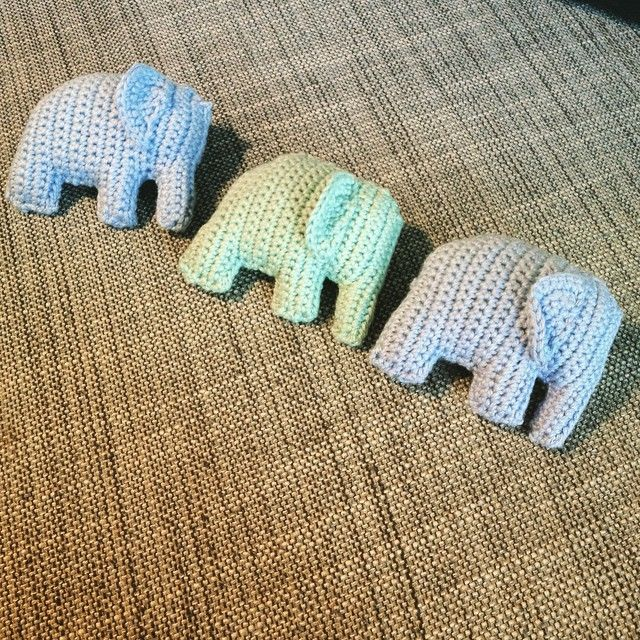 #ShareIG 3 små elefanter kom marcherende så er der snart en barnevognskæde klar til @miareidun #hæklet #elefanter #barnevognskæde