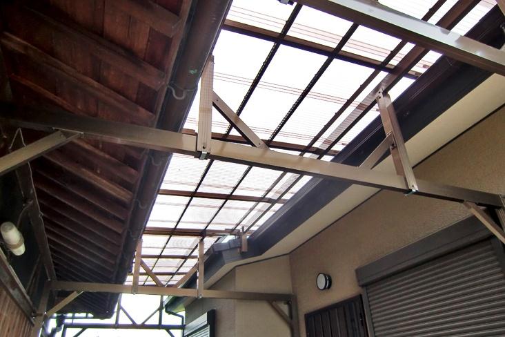 建物と建物の間に。屋根のオーダー。