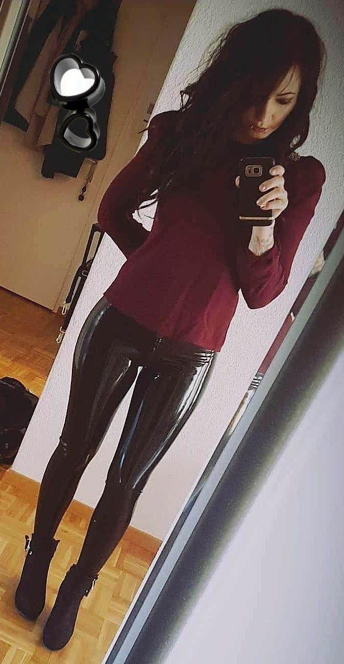 1ab17e19acd8d Amateur selfie black patent leather pants   Brunettes   Kleidung ...