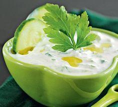 """Вам потребуется:1 огурец240 г густого йогурта (например, """"Активия"""" классический 3,5%)2 зубчика чеснока1 ч. л. оливкового масла20 г укропа1-2 ч. л. лимонного сокасоль и молотый черный перецПриготовл…"""
