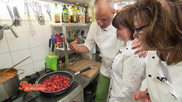 Rosins Rezept: Walnusseis-Praliné auf Erdbeersalat - Rosins Restaurants - Kabeleins