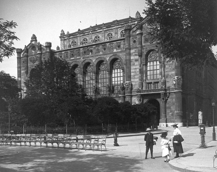 Vigadó tér, Budapest [Date Unknown].