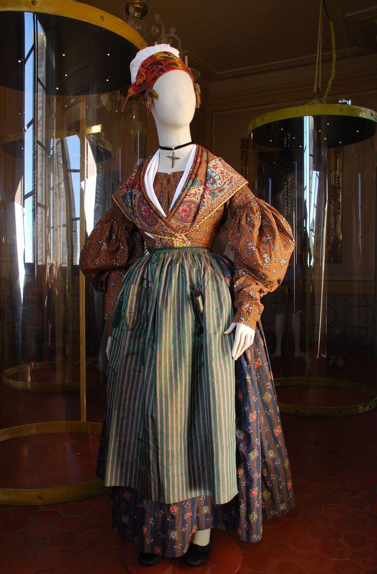 Costume arlésienne vers 1835. FRAGONARD PARFUMEUR