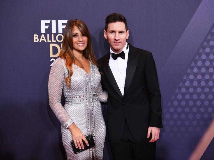 Lionel Messi y su pareja Antonella Roccuzzo posan a su llegada a la Gala 2015