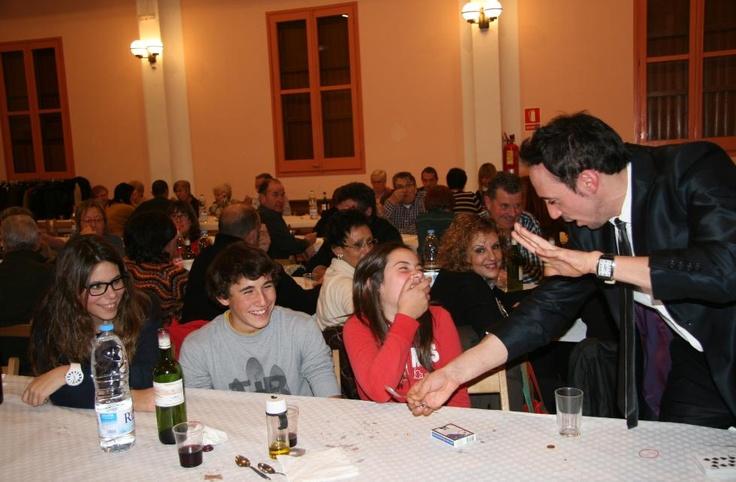 Fiestas del pueblo de Maians, Igualada. Magia de cerca durante la cena y magia de salón para acabar la noche. Los niños lo pasaron genial, como muestra un botón! www.tumago.com