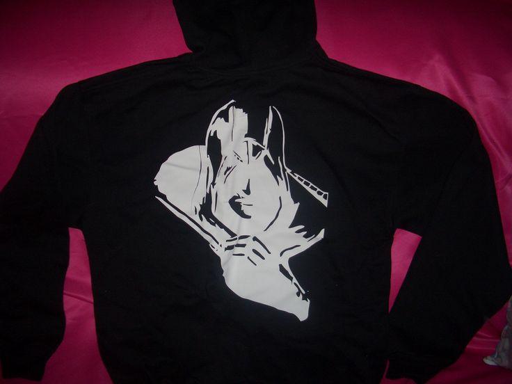 sweter deportivo con capucha en color negro talla unica estampado en vinil textil con la imagen dela serie assesin creed  en la parte de atras     PVP. 3.500 bs