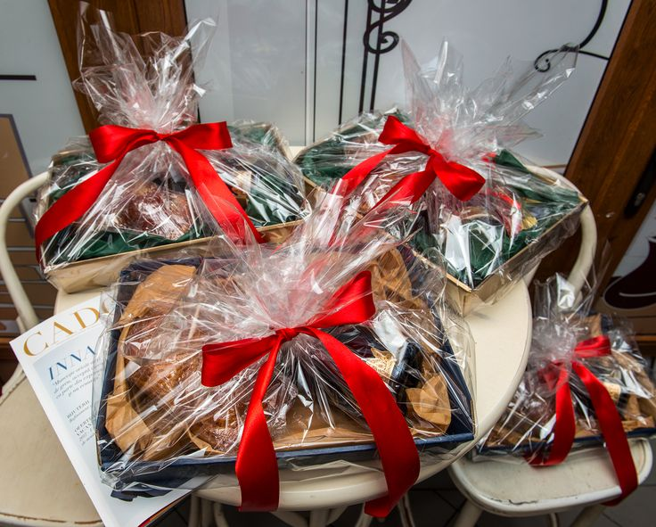 Omul de zapada, nelipsit de Craciun, apare in aceasta iarna sub forma unui cupcake personalizat, facand parte dintr-un pachet de cadou cu totul si cu totul deosebit. Dulciuri fine, bauturi rafinate - ce ai putea sa ceri mai mult? Pret: 233 lei