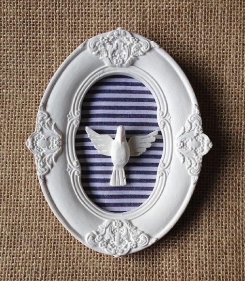 Moldura em resina decorada com tecido e aplique Divino Espirito Santo  *Opções de outras cores e estampas de tecidos para confecção sob encomenda R$ 45,00                                                                                                                                                                                 Mais