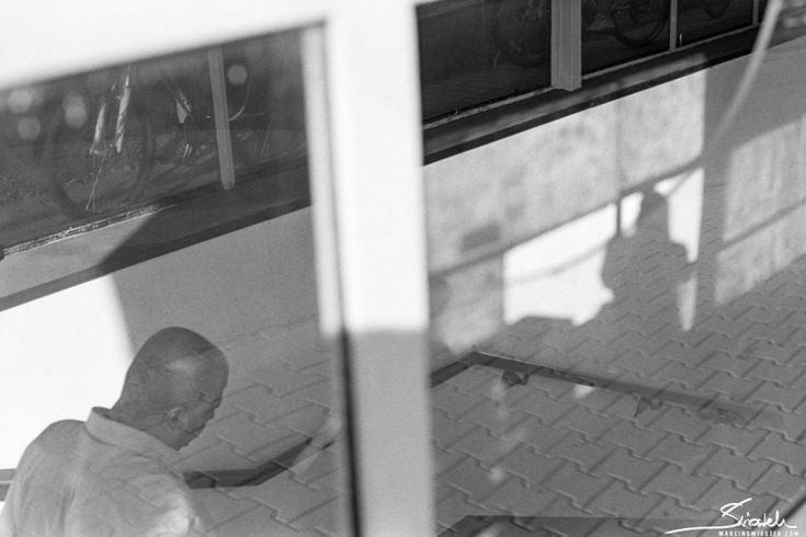 A little post about shooting with Minolta X-300 on Kodak Tri-X film. From the shutter speed to developing the film. Traditional photography.