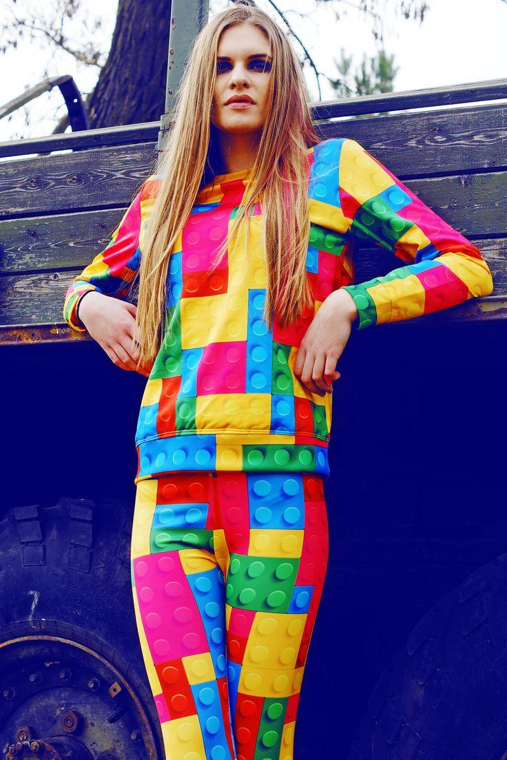 Kolorowa bluza i legginsy w printy