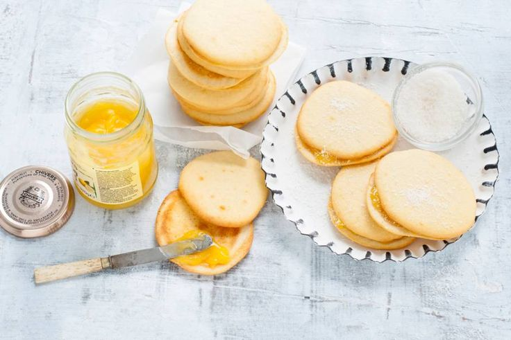 Kijk wat een lekker recept ik heb gevonden op Allerhande! Kokoswhoopies met lemon curd