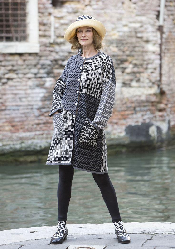 """Vår vackra kappa """"Murano"""" är fylld av olikmönstrade ytor och bildar en  spännande helhet"""
