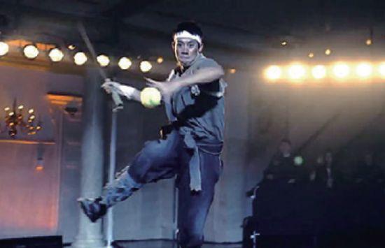5/29ラケットを木刀に持ち替え、見事な木刀テニスを見せる錦織圭。その姿は、まさに「SAMURAI」のようだ